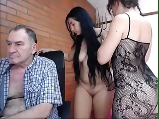 Viejo suertudo con 2 pendejas - Lucky old man with 2 young girls